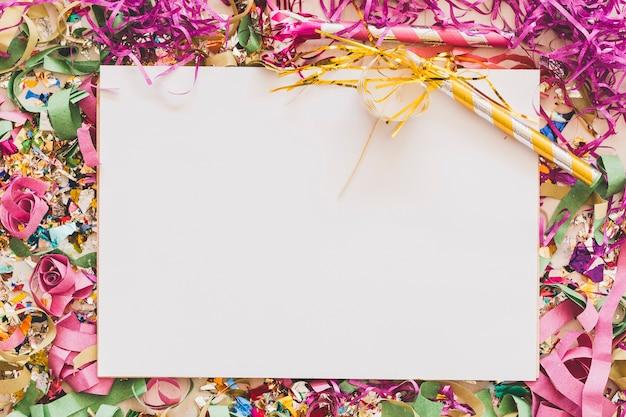 Foglio di carta pulito e ordinato in confetti