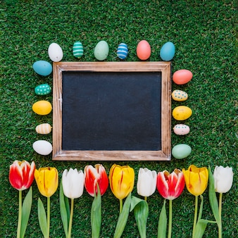 칠판으로 꽃과 계란을 배열