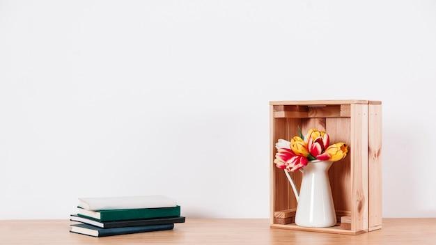 箱とノートに花を並べた