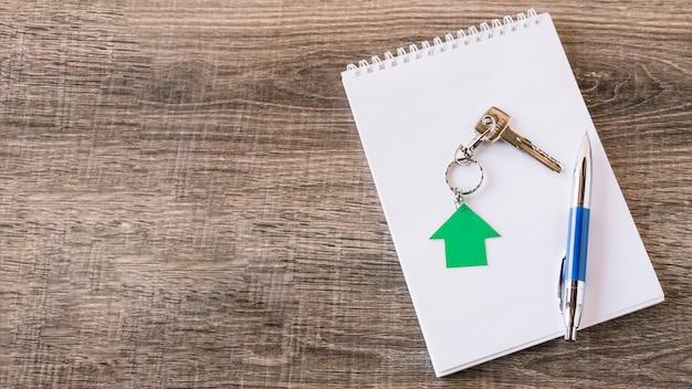 Аранжированный ключ и блокнот на столе