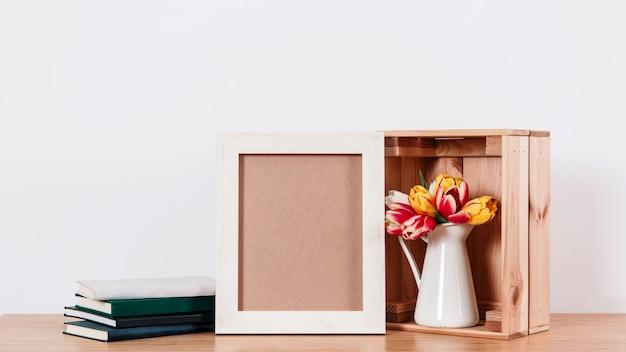 Организованные романтические цветы с декором стола