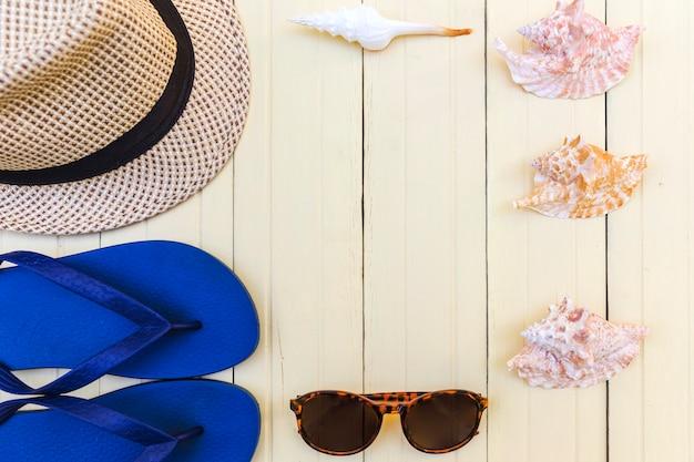 アレンジされた貝殻と夏のアクセサリー