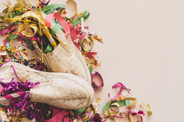Scarpe eleganti e confetti assortiti