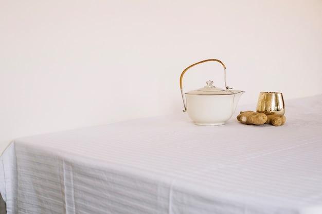 Teiera organizzata sul tavolo con zenzero