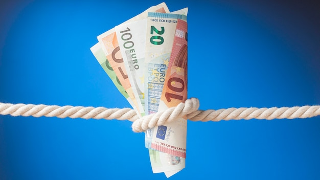 Arrangement of banknotes in a rope