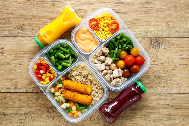 Disposizione degli alimenti in lotti cucinati sulla tavola
