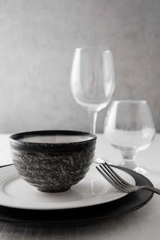 Disposizione di belle stoviglie sul tavolo