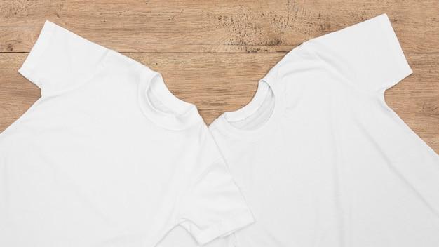 Disposizione delle magliette in bianco isolate su legno