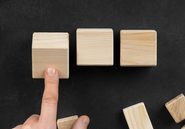 Disposizione dei cubi di legno vuoti