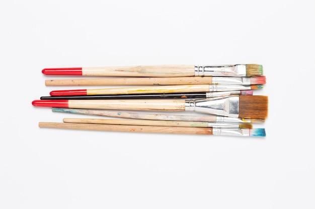 Disposizione delle spazzole su sfondo bianco vista dall'alto