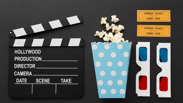 Disposizione degli oggetti cinematografici su sfondo nero