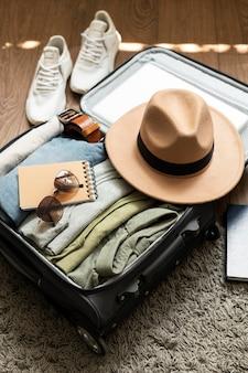 Disposizione di vestiti e accessori in valigia