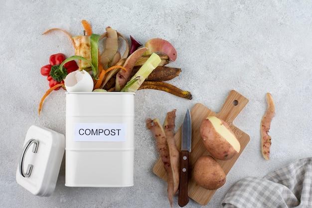 Disposizione del compost fatto di cibo avariato