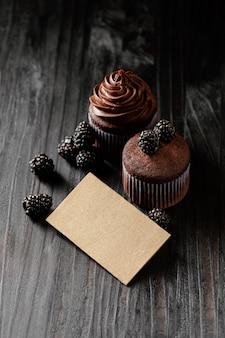 Disposizione di deliziosi dolci al cioccolato
