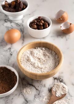 Disposizione di deliziosi ingredienti per ricette salutari