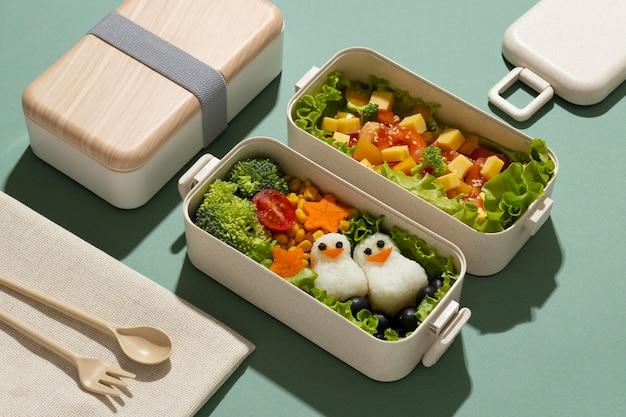 Disposizione di deliziosi bento box giapponesi