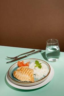 Disposizione del delizioso pasto preparato prepared