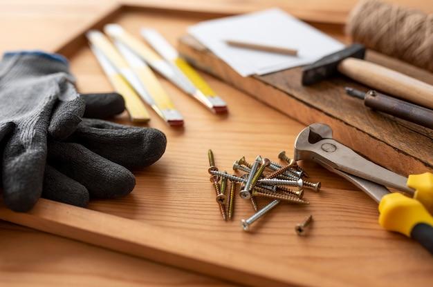 Disposizione di diversi oggetti di bottega artigiana