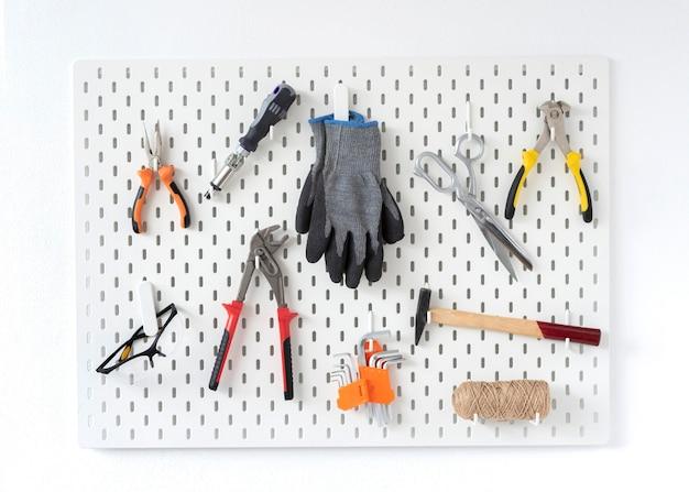 Disposizione di diversi oggetti di bottega artigiana Foto Gratuite