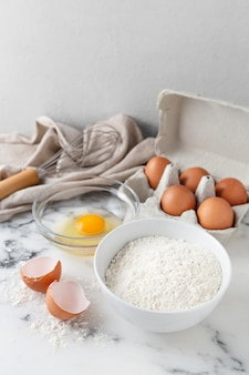 Disposizione di diversi ingredienti per una deliziosa ricetta