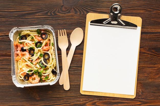 Disposizione di diversi pasti con appunti vuoti