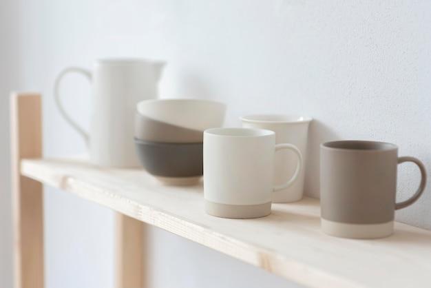 Disposizione di diversi oggetti in ceramica