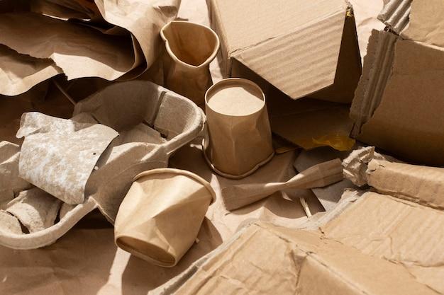 Disposizione di diversi oggetti cestinati