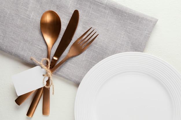 Arrangement of elegant tableware with empty tag Free Photo
