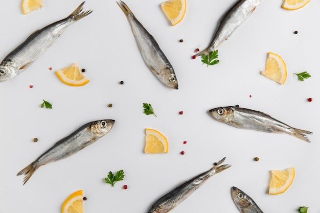 Disposizione di pesce e limone vista dall'alto
