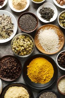 Disposizione di cibo in polvere e semi in ciotole