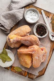Disposizione del pollo congelato sul tavolo