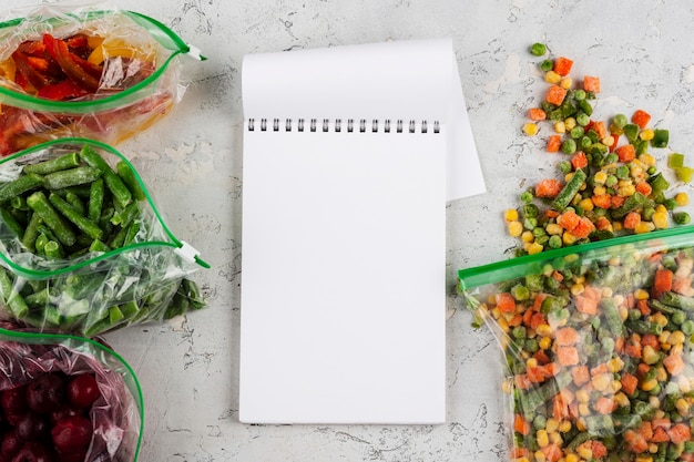 Disposizione degli alimenti congelati sul tavolo