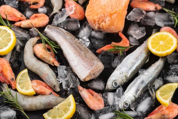 Disposizione dei frutti di mare congelati sul tavolo