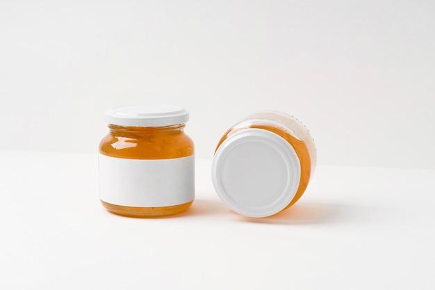 Disposizione della confettura fruttata in confezione barattolo