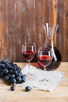 Disposizione di bicchieri e caraffa di vino