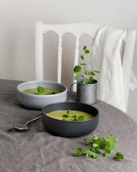 Disposizione di un pasto sano sul tavolo
