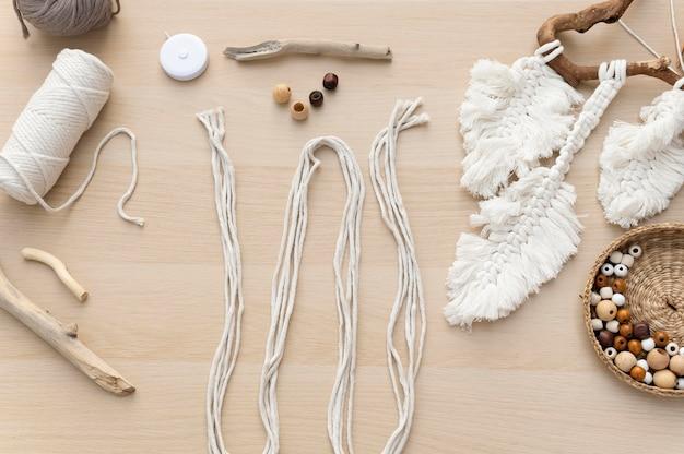 Disposizione di oggetti fatti a mano macramè