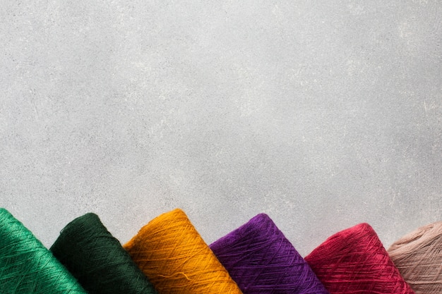 Arrangement of multicoloured sewing threads