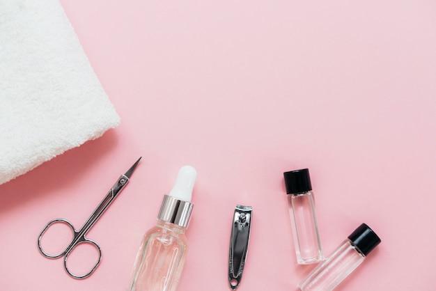 Disposizione degli accessori per la cura delle unghie per il salone