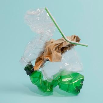 Disposizione di elementi in plastica non ecologici