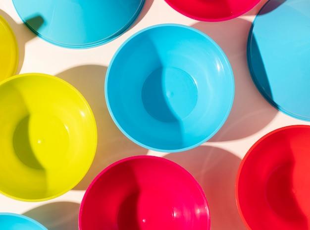 Disposizione di oggetti in plastica non ecologici