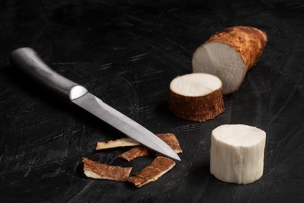 Disposizione di nutrienti radici di manioca affettate