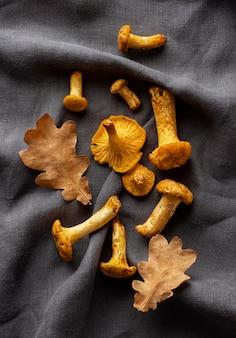 Композиция из запеченных грибов на ткани