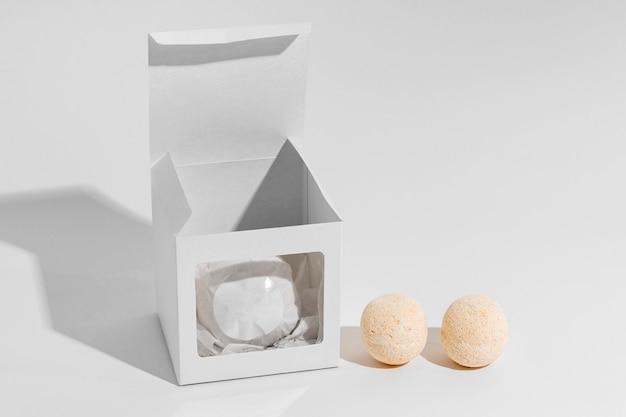 Расположение бомб для ванн на белом фоне