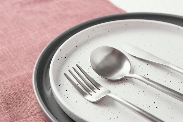 Расстановка красивой посуды на столе