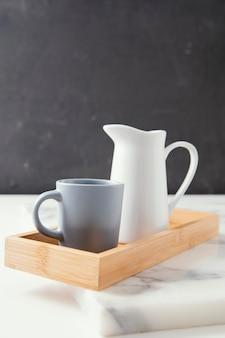 Расположение красивой посуды с копией пространства