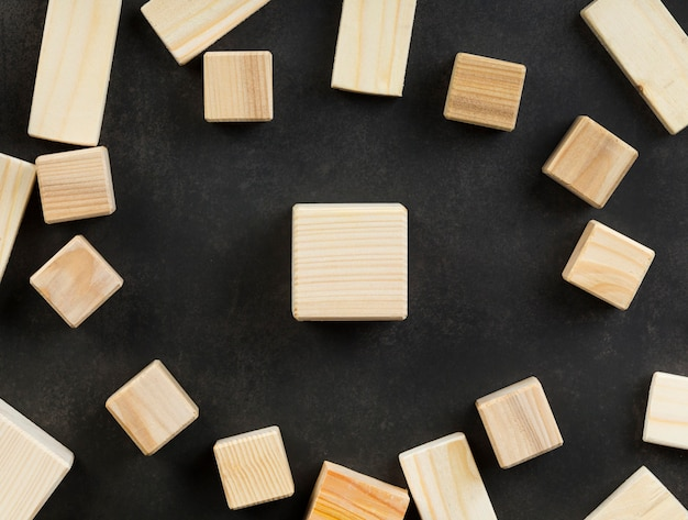 Композиция из пустых деревянных кубиков