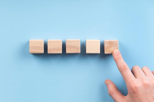 空白の木製の立方体の配置