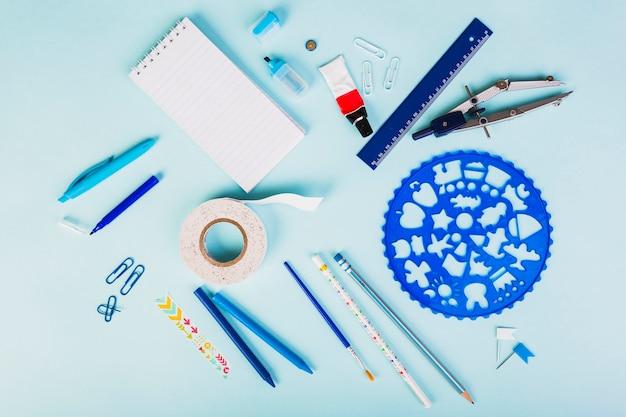Организация синих офисных или школьных принадлежностей