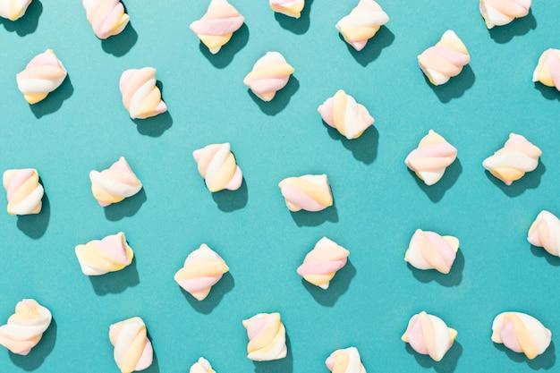 青色の背景にお菓子の配置